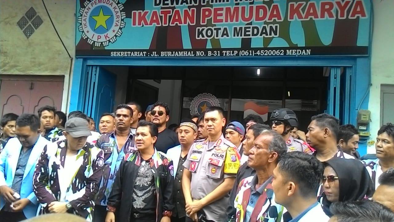 FOTO BERSAMA:Kapolrestabes Medan Kombes Pol Dadang Hartanto  bersama Ketua DPD Kota Medan Thomas Purba dan pengurus lainnya foto bersama di depan kantor DPD IPK Kota Medan.