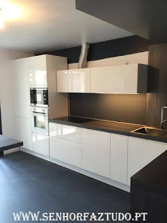 Montagem e instalação de uma cozinha em termolaminado branco, bancada em fórmica negra.  Nesta cozinha foram também instalados os electrodomésticos.