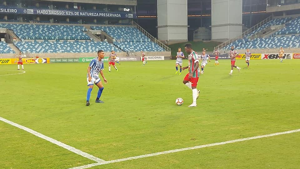 Lance de jogo de futebol na Arena Pantanal entre Dom Bosco e Operário