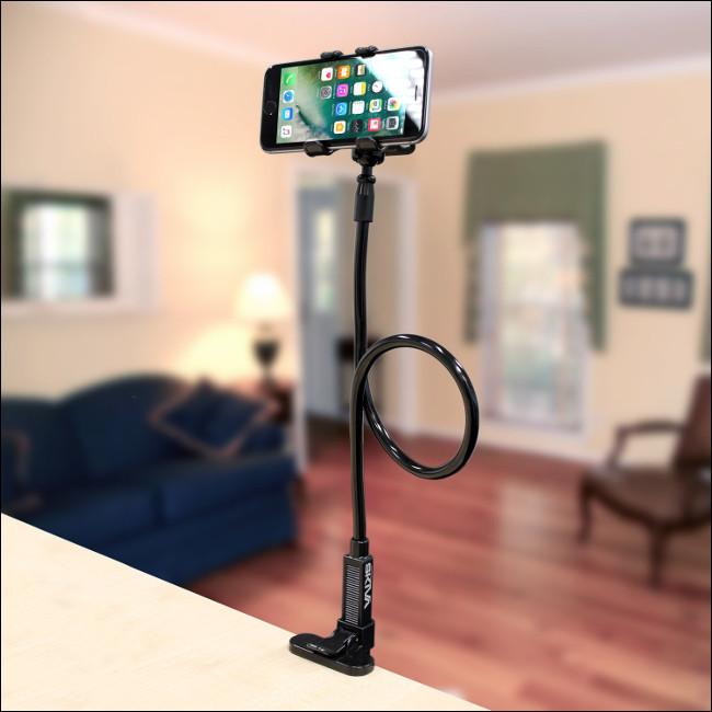 جهاز iPhone على حامل حامل الهاتف الخليوي المرن طويل الذراع Skiva متصل بكونترتوب.