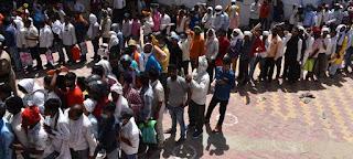 बैंक चालान जमा करने लिए उमड़ी प्रत्याशियों की भीड़    #NayaSaberaNetwork