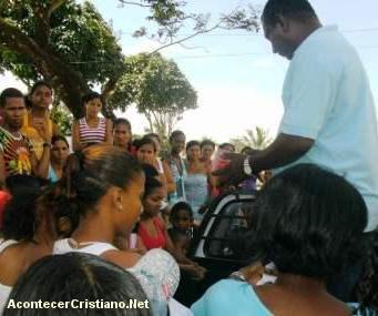 Misioneros distribuyen Biblias y alimentos en Mozambique