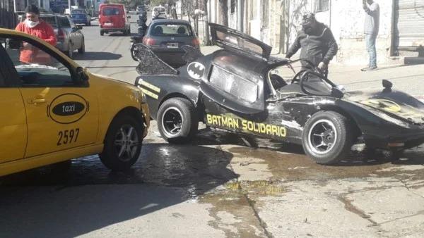 Batman argentino choca su batimóvil contra un taxi