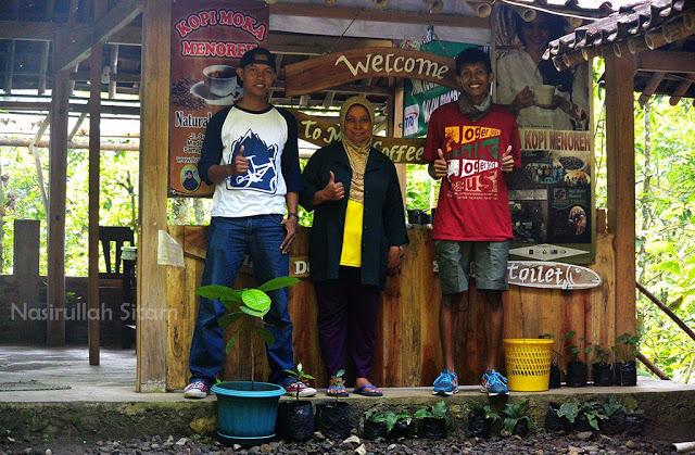 Foto bareng pemilik warung kopi Bu Mar
