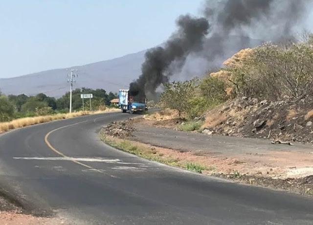 """Con ayuda de narcobloqueos líder de """"Los Viagra"""" se escapa en Michoacán quemando camiones de la Pepsi"""
