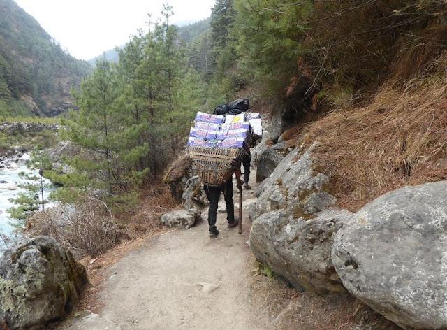 portatori lungo il sentiero verso namche