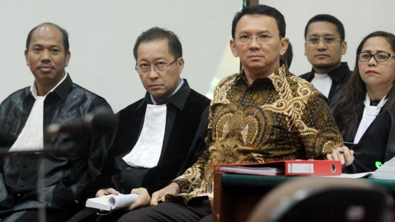Ahok dan tim pengacaranya di ruang sidang