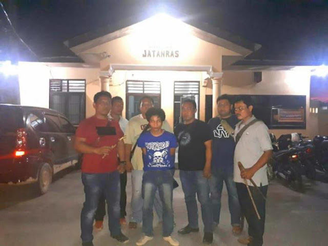 Tersangka kasus pembunuhan di Labuhanbatu saat di kantor polisi.