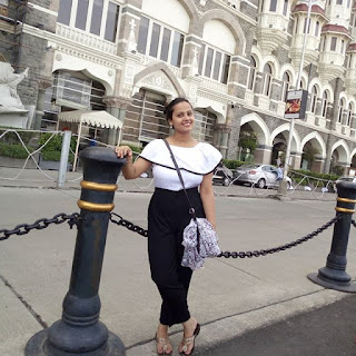 Priti Maurya front of taj hotel