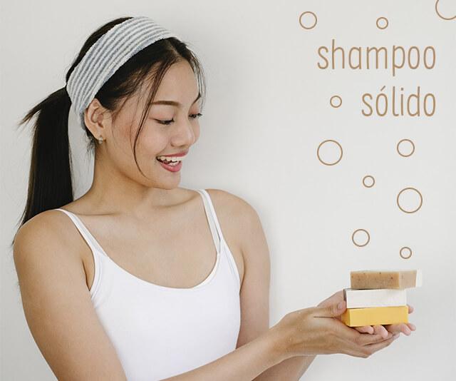 mulher segurando uma barra de shampoo solido para lavar o cabelo