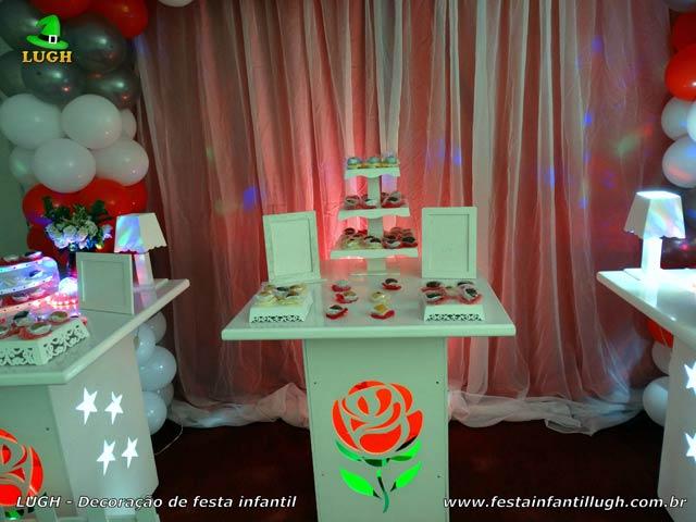 Ornamentação de mesa de aniversário com tema de Rosas para adultos