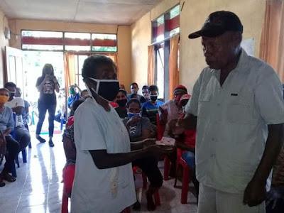 Penyerahan BLT dana desa dari Penjabat Ohoi Ngabub ke salah satu orang tua Mahasiswa.