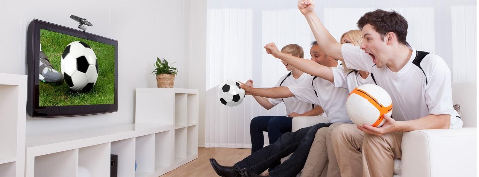 Смотрит футбол по телевизору картинка
