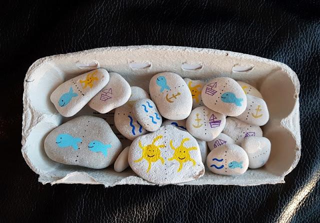 DIY: Ein kunterbuntes Domino mit bemalten Steinen selber basteln. So schön angemalt, machen die Domino-Steine den Kindern lange Freude!
