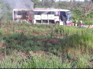 Ônibus de turismo pega fogo na BR-226 dentro da reserva indígena Cana Brava