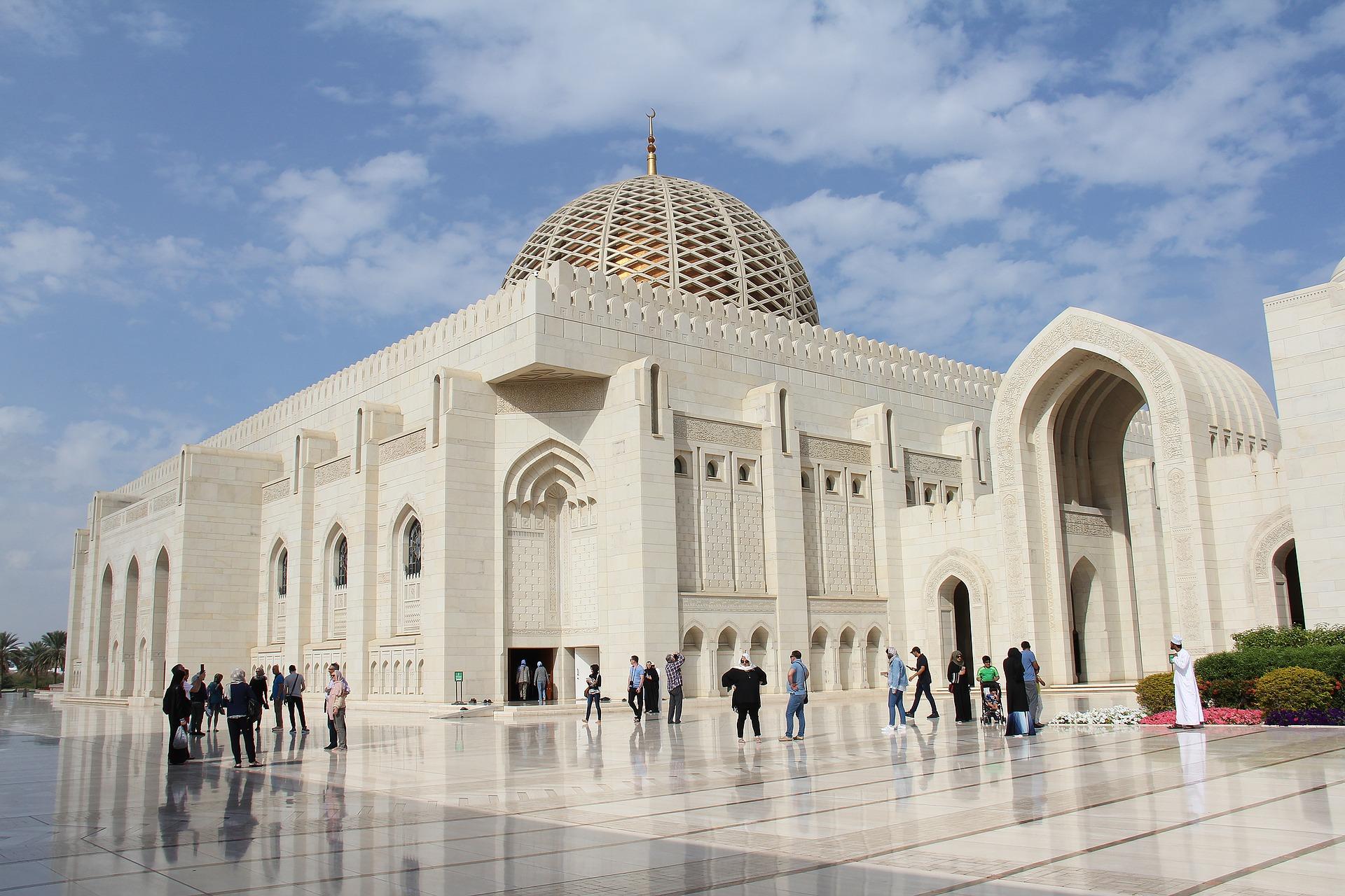 سلطنة عمان تسمح بفتح الجوامع والمساجد وتمدد تعليق القادمين إليها من 15 دولة