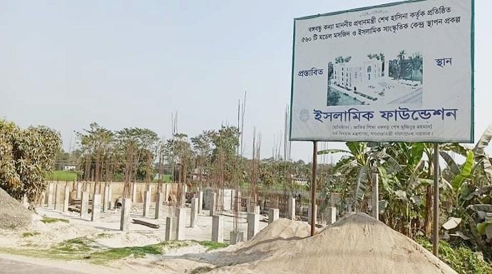 হাজীগঞ্জে মডেল মসজিদ ও ইসলামী সাংস্কৃতিক কেন্দ্রের নির্মাণ কাজ চলছে