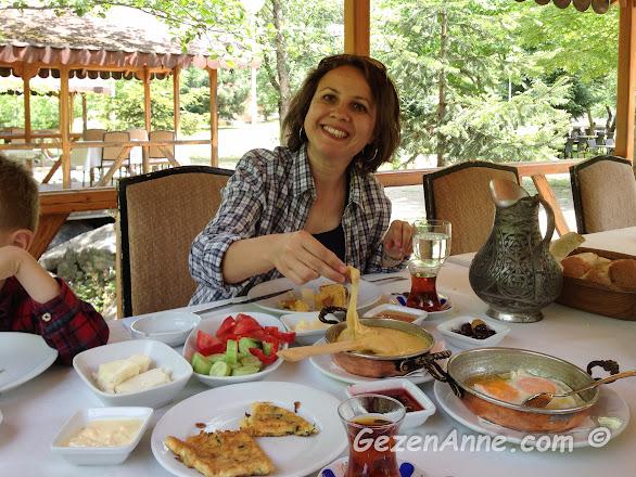 Sümela manastırı yolunda Sümer restoranda kahvaltı ederken, Maçka Trabzon