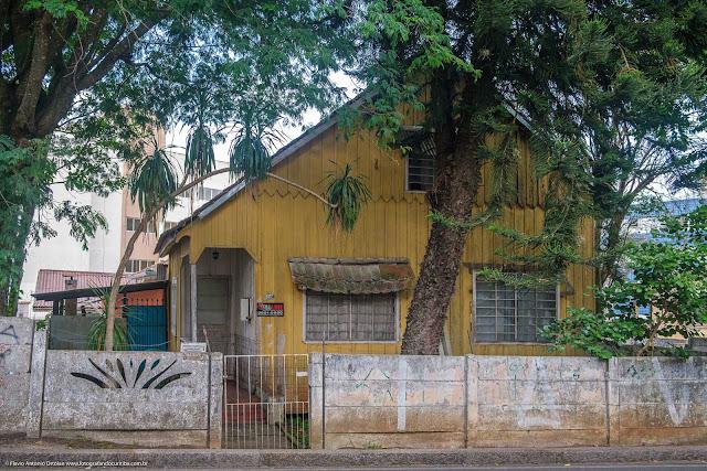 Casa de madeira na Rua 21 de Abril, em Curitiba
