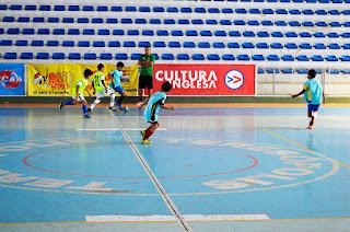 Atletas das escolinhas de futsal de Teresópolis e do Fluminense treinam no Ginásio Pedrão