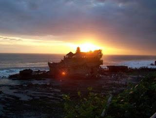 Indahnya sunset di tanah lot bali