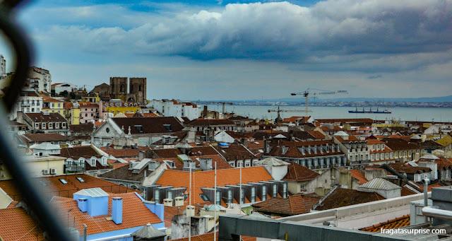 A Baixa, a Alfama e as torres da Sé Catedral de Lisboa vistas do mirante de Santa Justa