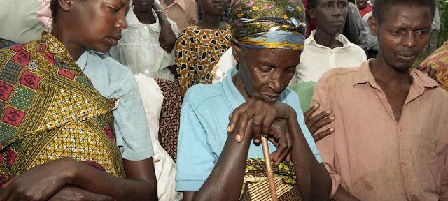 Sobrevivientes del genocidio cometido en Rwanda en 1994 congregados en el Sitio de Genocidio Mwurire cuatro años después.ONU/Milton Grant