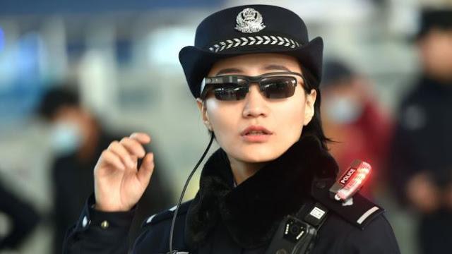 تعرف على الطريقة التي تتعرف فيها الشرطة الصينية على المجرمين والمشتبه بهم باستخدام نظارات سوداء ذكية