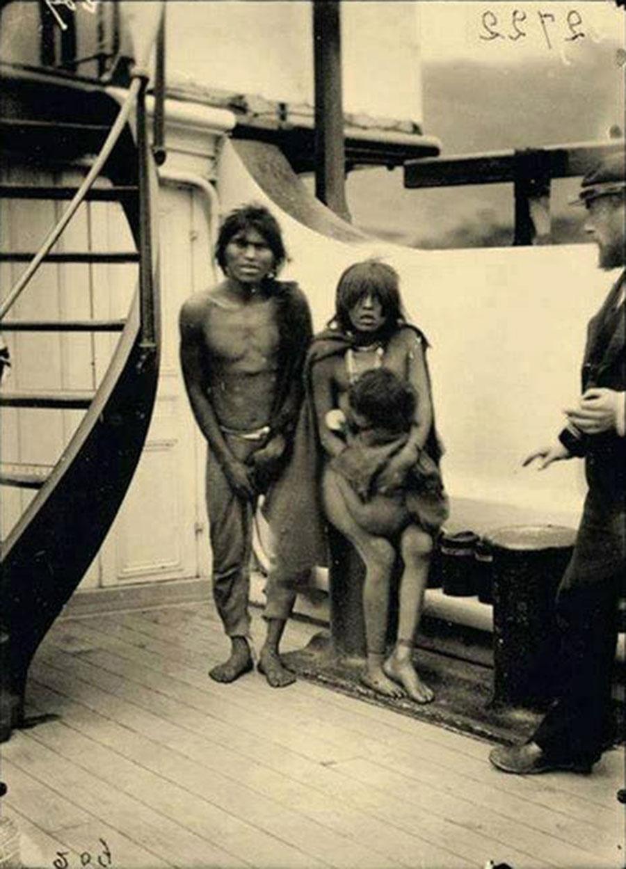 Selknam%2Bnatives%2Ben%2Broute%2Bto%2BEurope%2Bfor%2Bbeing%2Bexhibited%2Bas%2Banimals%2Bin%2BHuman%2BZoos%252C%2B1899%2B%2B%25281%2529 - Fotografias raras de Índios que foram levados a Europa como Zoo Humano