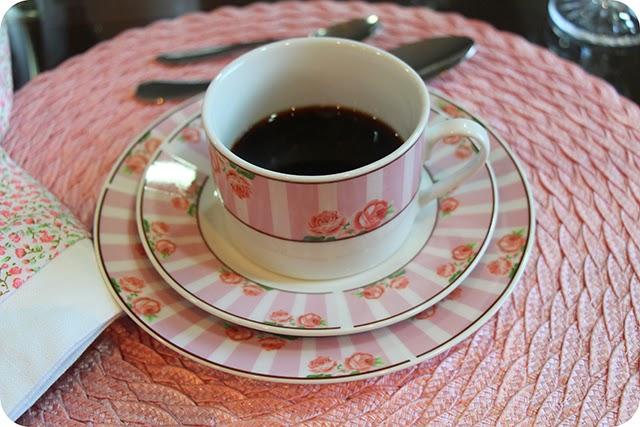 Café e Xícaras com Rosas e Listras