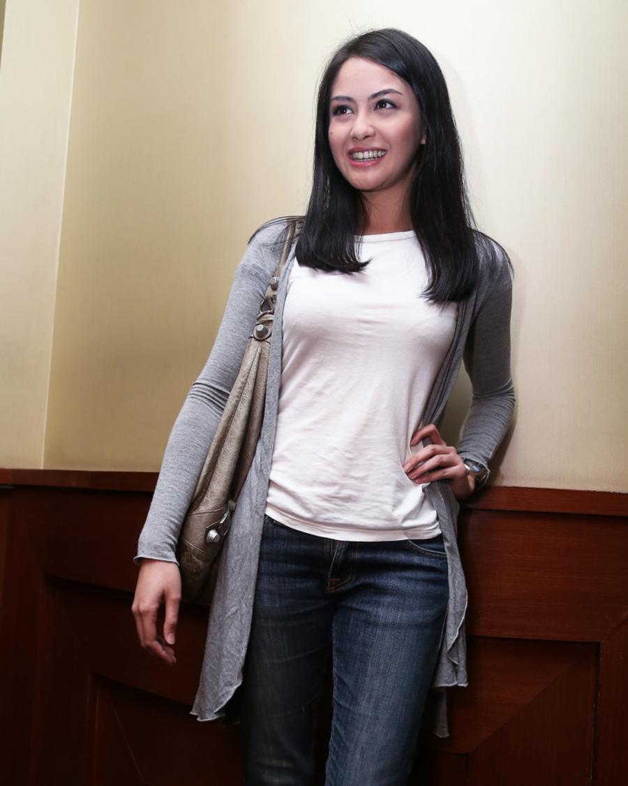 BH Nyeplak pakai Baju putih kaos ketat Revalina S. Temat