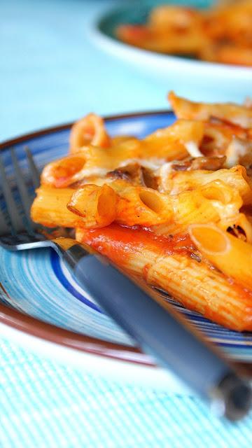 makaron z sosem pomidorowym,makaron z pieczarkami,zapiekanka z makaronu,dania makaronowe,makaron z piekarnika,z kuchni do kuchni,top blog kulianrny,kuchnia włoska