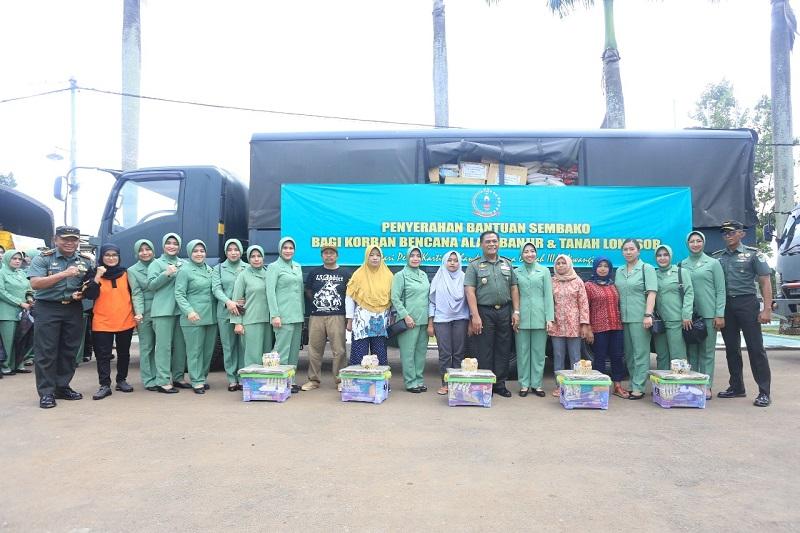 Pangdam III/ Siliwangi Dan Ketua Persit KCK PD III/ Siliwangi Beri Bantuan Sembako Kepada Korban Banjir Lebak