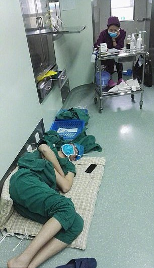 Cirujano se desmaya después de trabajar un turno de 28 horas