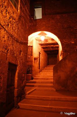 Gli splendidi scorci illuminati dai lampioni di Pitigliano