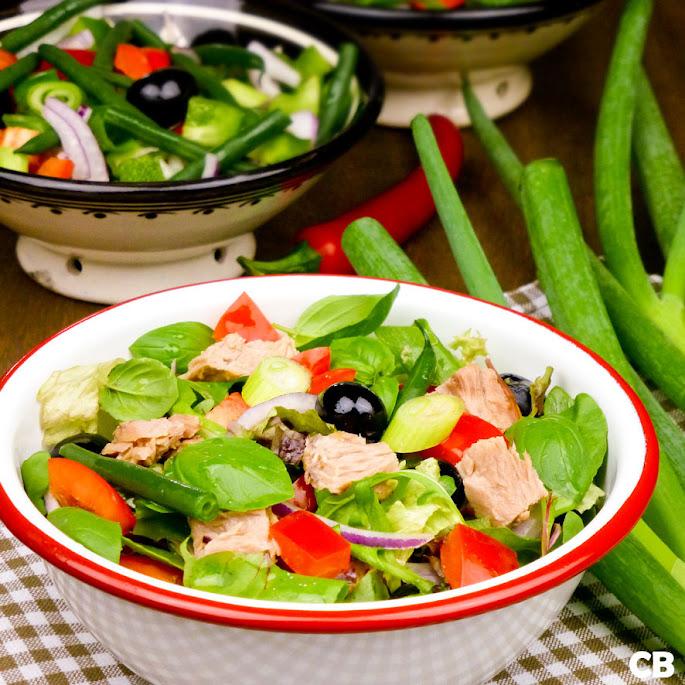 Zomerse maaltijdsalade met tonijn en veel verse groenten