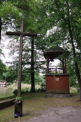 Krzyż misyjny z 1937 r. i zabytkowa dzwonnica przez kościołem na wyspie