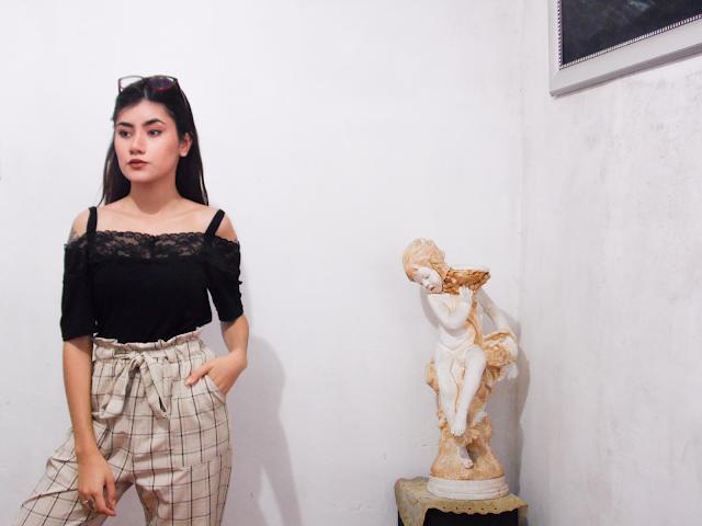 Look: Calça Clochard e blusa de renda