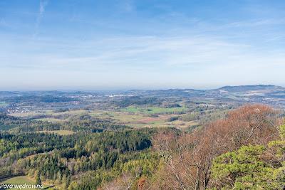 Jelenia Góra (z lewej) i Góry Kaczawskie (z prawej) widziane z Krzyżnej Góry