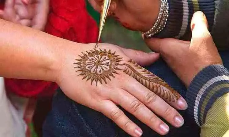 applying mehndi photo