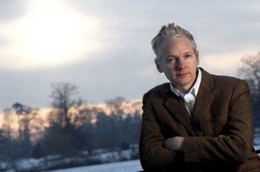"""Madre de Assange denuncia que su hijo es """"asesinado lentamente"""""""