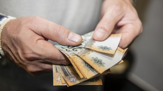Tárgyalás előtt osztogatott pénzt és névjegykártyákat az esküdteknek a vádlott és családja a bíróság lépcsőin