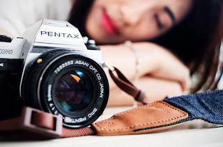 カメラと寝ている写真