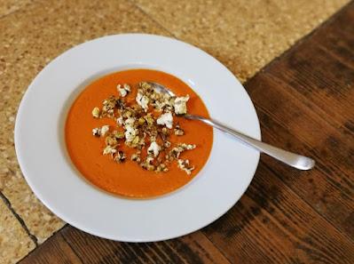 Tomaten-Kokos-Suppe mit Earl-Grey-Popcorn