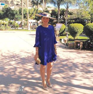 Look Invitada boda perfecta con vestido azul klein royal de media manga y pamela de rafia con flores en azul by malonsilla
