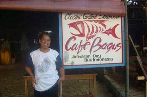 SEAFOOD JIMBARAN : Penuis berdiri di salah satu Restoran SeaFood  sekitar Pantai Jimbaran, sekitar tahun 2010 yang lalu.  Foto Syahir Badulu (Makasar)