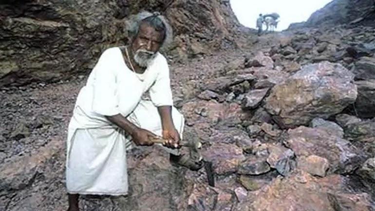 Manjhi The Mountain Man | Nitin Banugade Patil