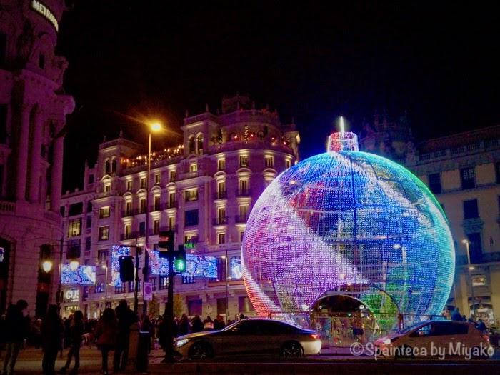 Gran Bola, Madrid マドリードのグランビア通りに飾られたクリスマスの大玉イルミネーション