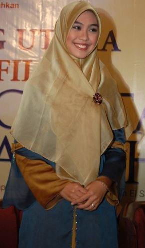 Model gamis Muslim elegan ala oki setiana dewi