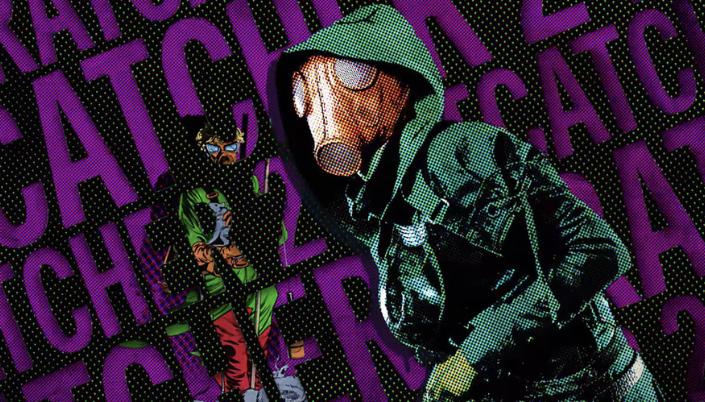 Imagem: fundo pontilhado de quadrinhos em preto e roxo e a personagem Caça-Ratos, em um traje de plástico ou couro verde-escuro e uma máscara de gás marrom que esconde o seu rosto.